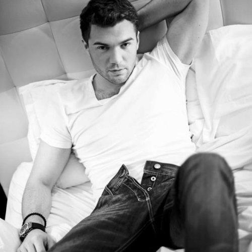 Андрей Искорнев на кровате
