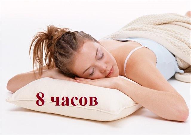 красивая девушка спит на подушке