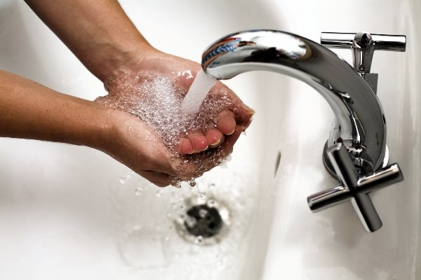 поток воды из крана
