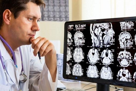 Доктор рассматривает рентген