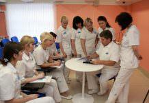 Педагог ведет занятие в медицинском учреждение.