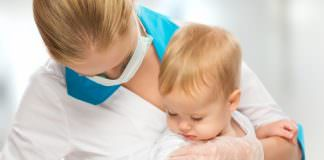 Врач делает прививку ребенку.